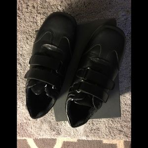 Kenneth Cole boys school shoes with Velcro sz 3.5